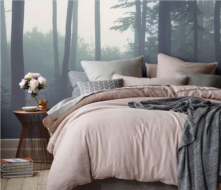desain kamar tidur dengan wallpaper hutan