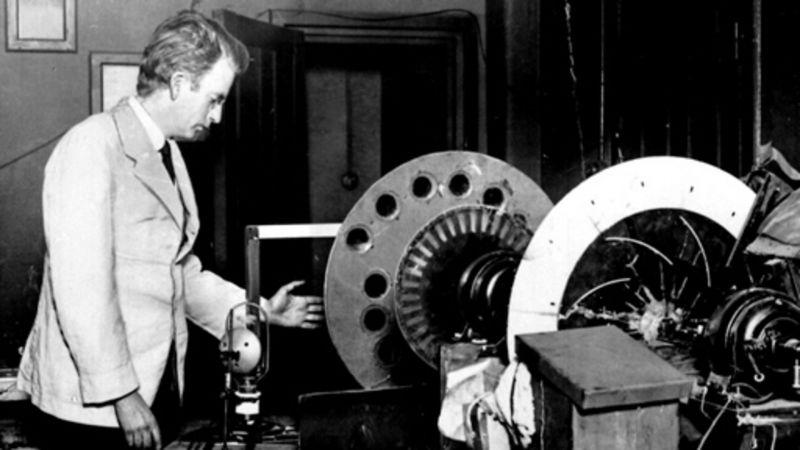 Penemu alat komunikasi Televisi John Logie Baird