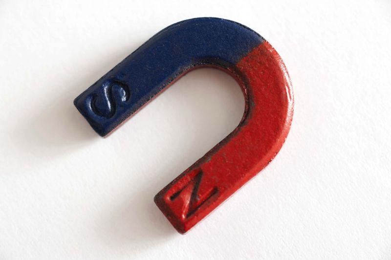 ciri-ciri magnet mempunyai dua kutub