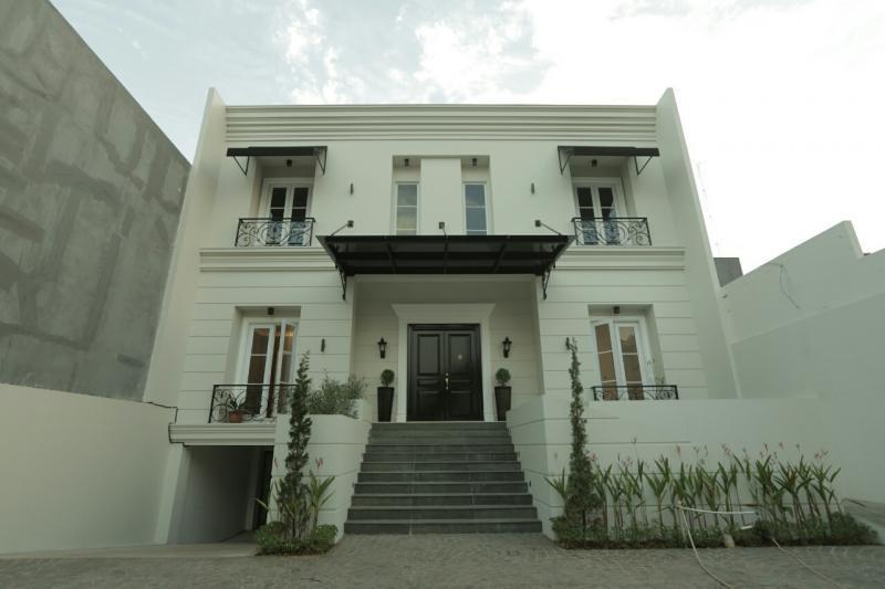 rumah minimalis 2 lantai klasik berwarna putih