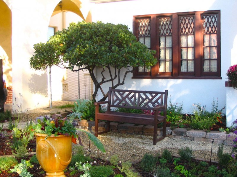 3. Tuscan Style Contemporary Bench